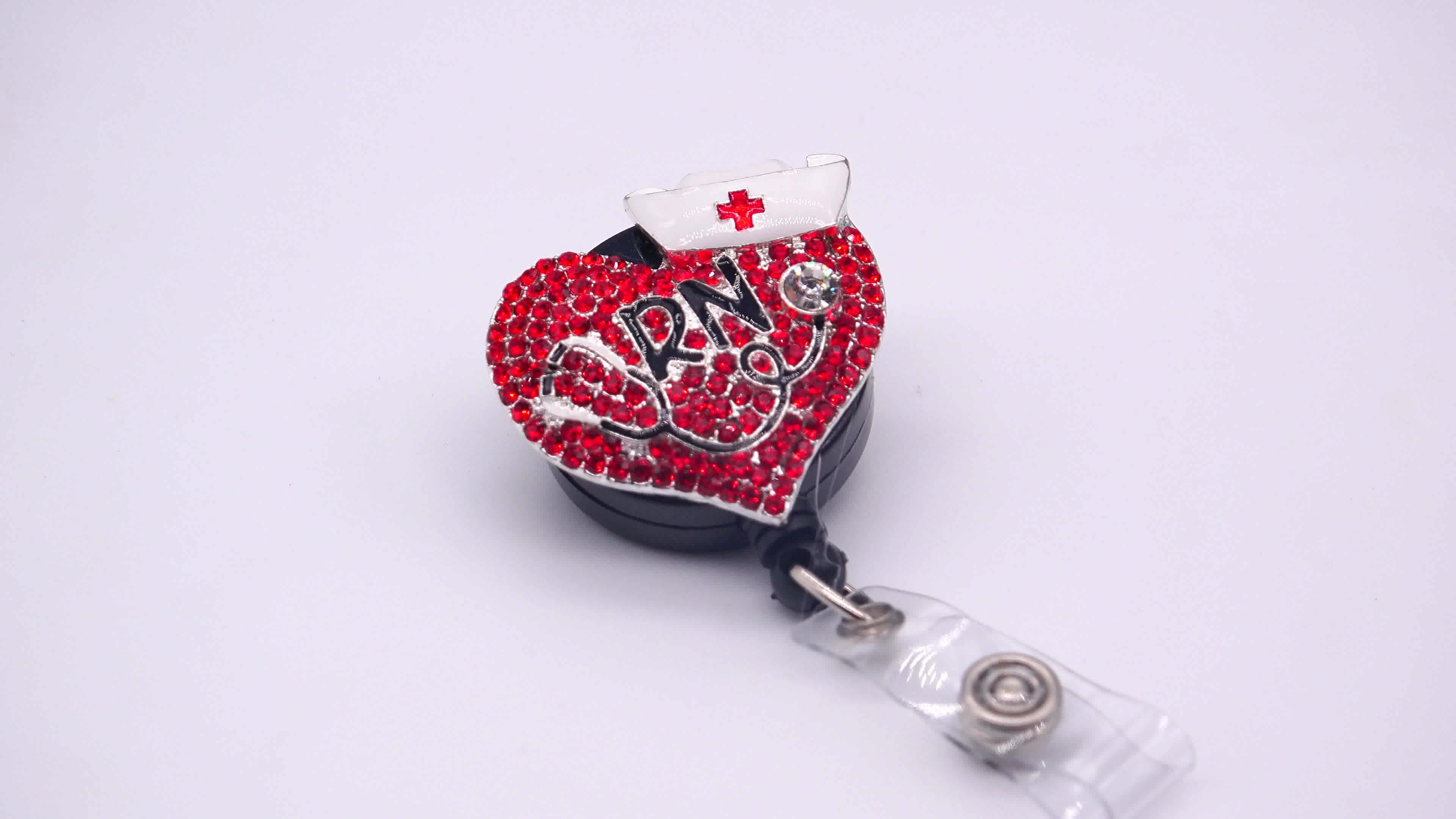 แดง Rhinestones หัวใจหูฟังแพทย์ผู้ถือป้ายพับเก็บได้