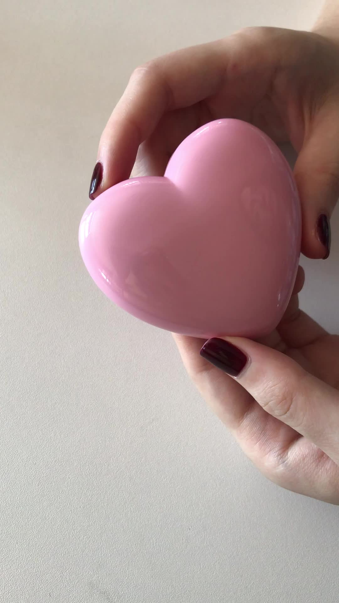 New products newest design empty heart shaped magnet compact powder case with mirror