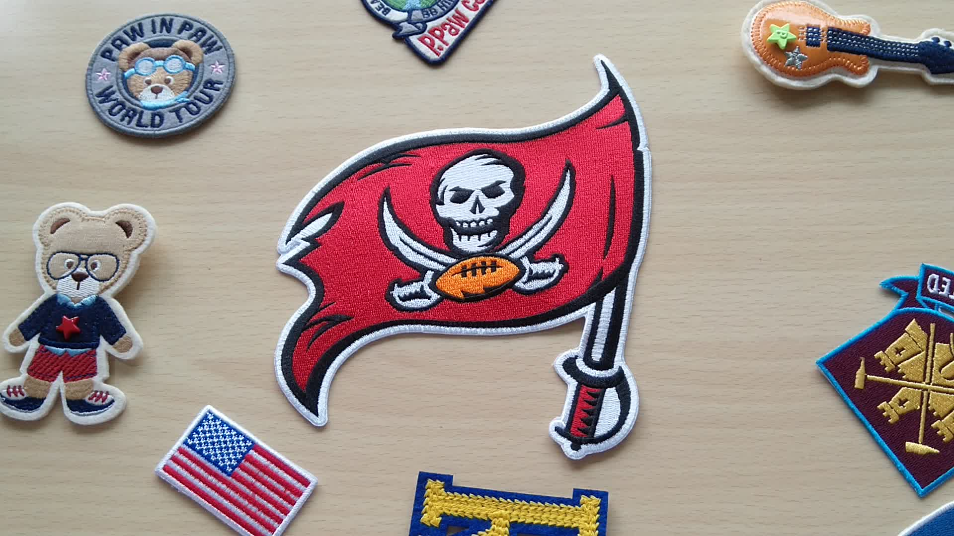 맞춤형 철 패치 로고 무료 샘플 수 놓은 NFL 팀 배지 컴퓨터 자수 해적 패치 학교 가방