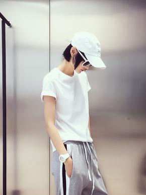 衣柜里需要这么一款基础的、好穿的单品 颜色zui好很简单 黑白灰就行 版型zui好也简单 不挑人穿就行 然后还非常的百搭 搭配任何下装无压力的那种 而且这款的棉面料是加厚的哦 正适合快入秋的季节 ~