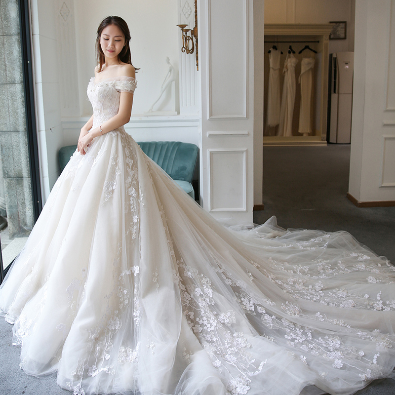 Avery admires the wedding dress 2018 new spring long tail to the ...