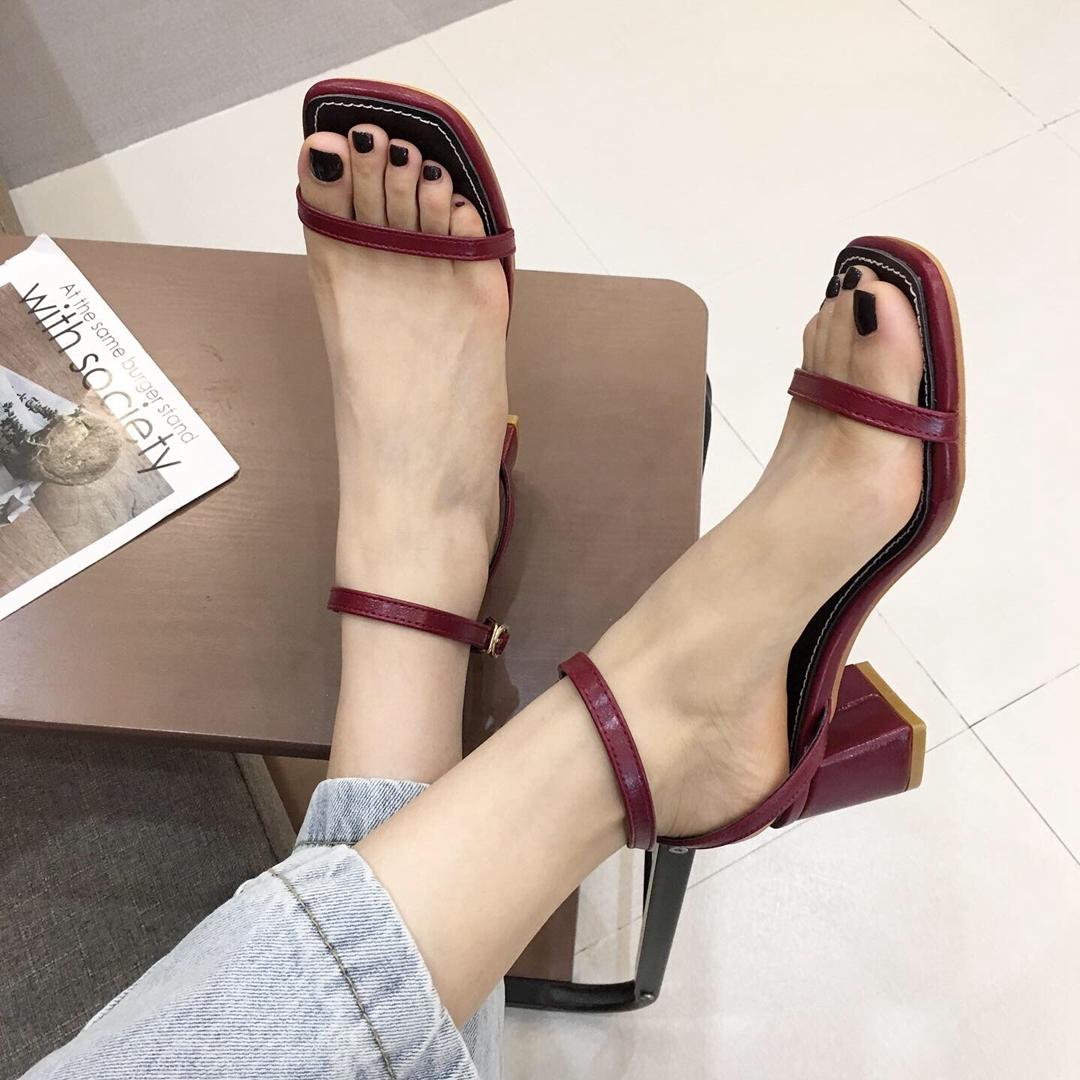 黑色细带女夏2019新款高跟百搭中跟粗跟一字方头带扣女鞋网红凉鞋