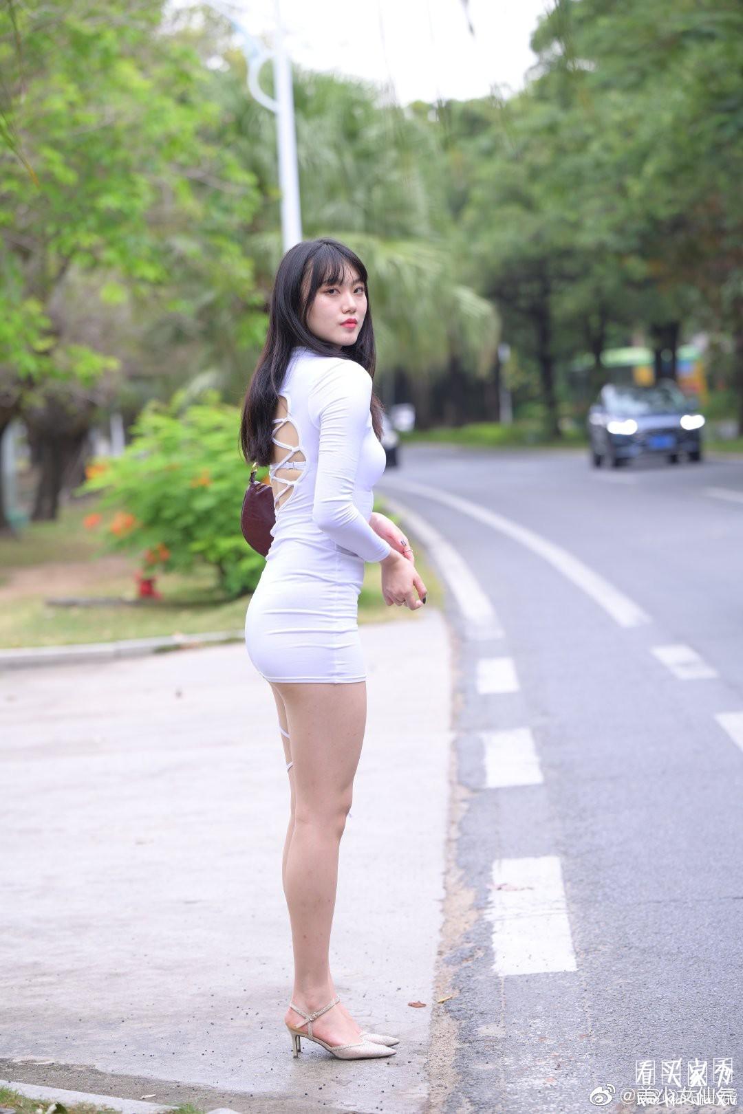 [街拍美女]街拍镂空包臀裙美女,裙子太短了臀部都包不住了5