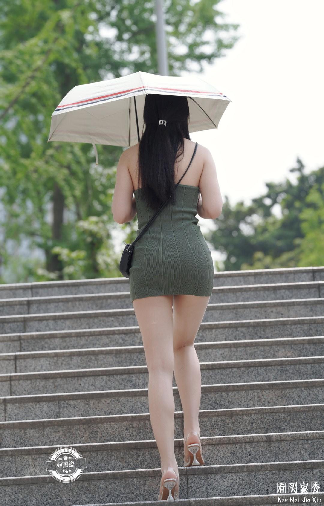 [街拍美女]包臀裙配肉丝袜,有种说不出的感觉7