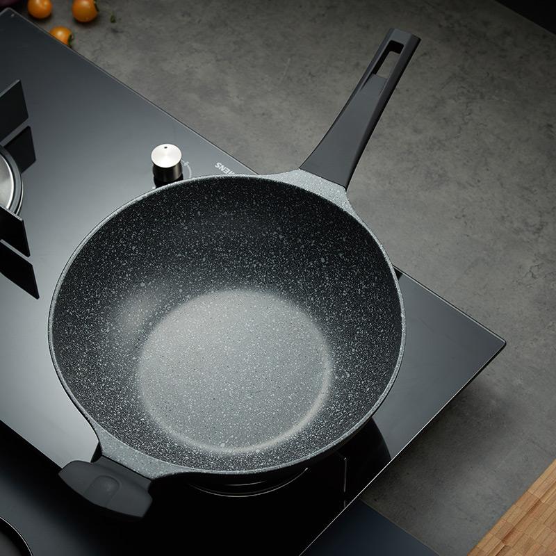 無油煎蛋、少油煙:DESLON 德世朗 麥飯石不粘炒鍋 32cm