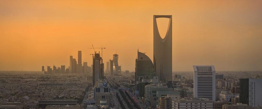 """是不是感觉很奇怪,沙特和邻国科威特,上个月突然达成了一项协议,同意重启封停了五年已久的""""中立区""""油田。"""