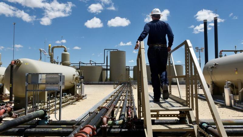 原油日报:疫情恶化使供应侧形势更加严峻,而供应过剩进一步加剧,美原油死叉继续发展,油价暴跌