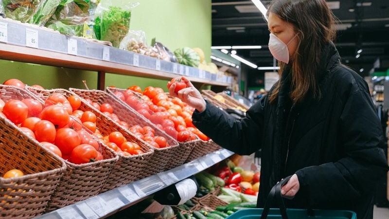 由于美国人在疫情爆发期间削减了许多非必需品的开支,预计4月份零售额的降幅将达到创纪录的水平