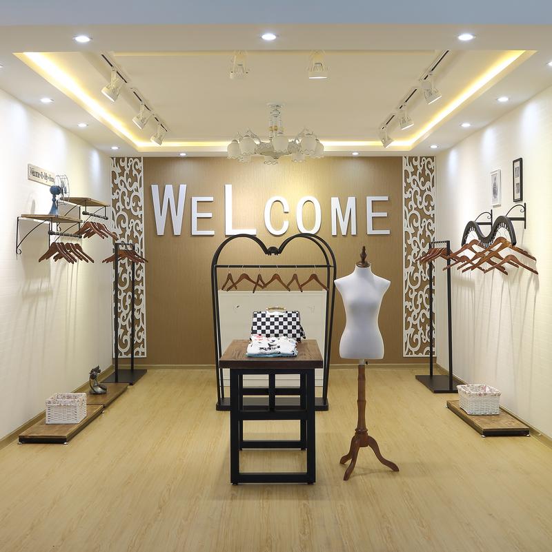 新款实木铁艺服装架服装店侧挂架女装壁挂架衣服展示架货架上墙架