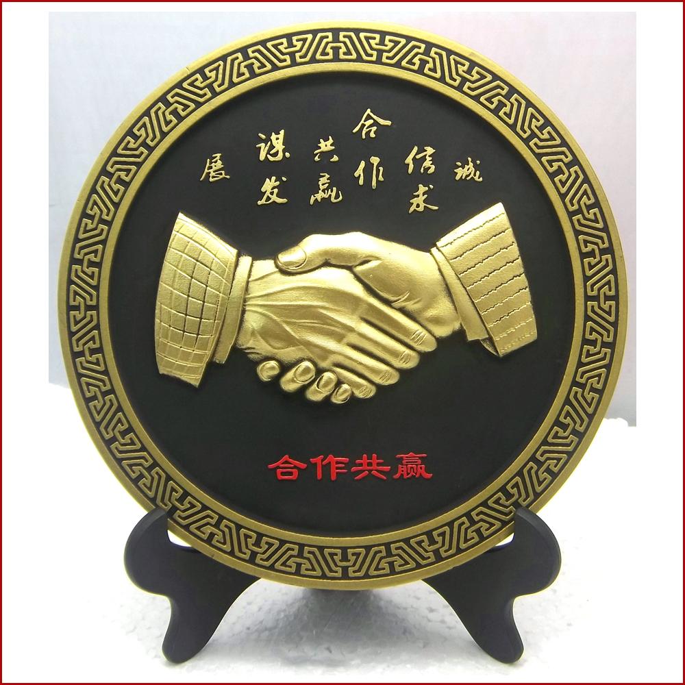 办公摆件握手合作共赢活性炭碳雕工艺品携手共赢会议纪念礼品定制