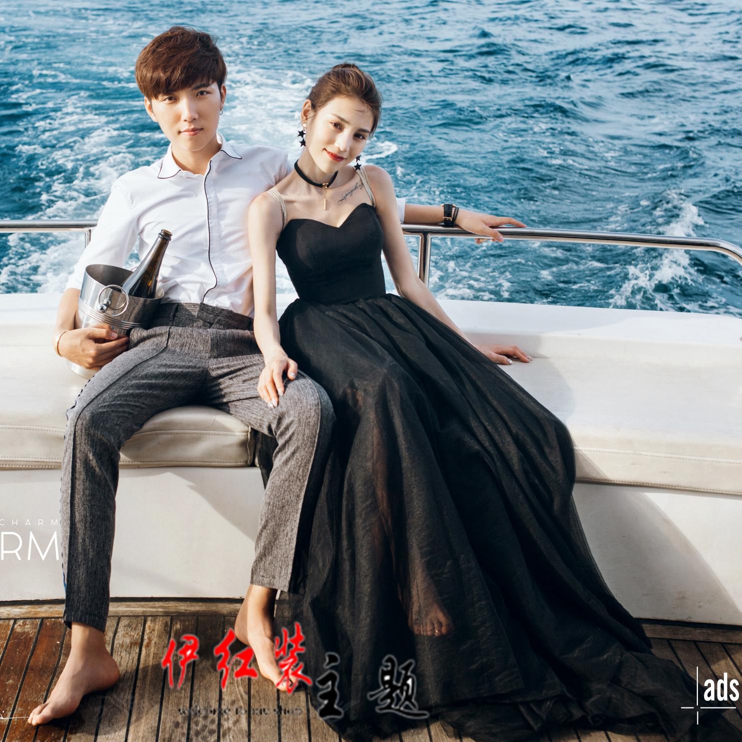 新款海景旅拍情侣写真轻婚纱影楼主题服装游艇拍照黑色拖尾礼服