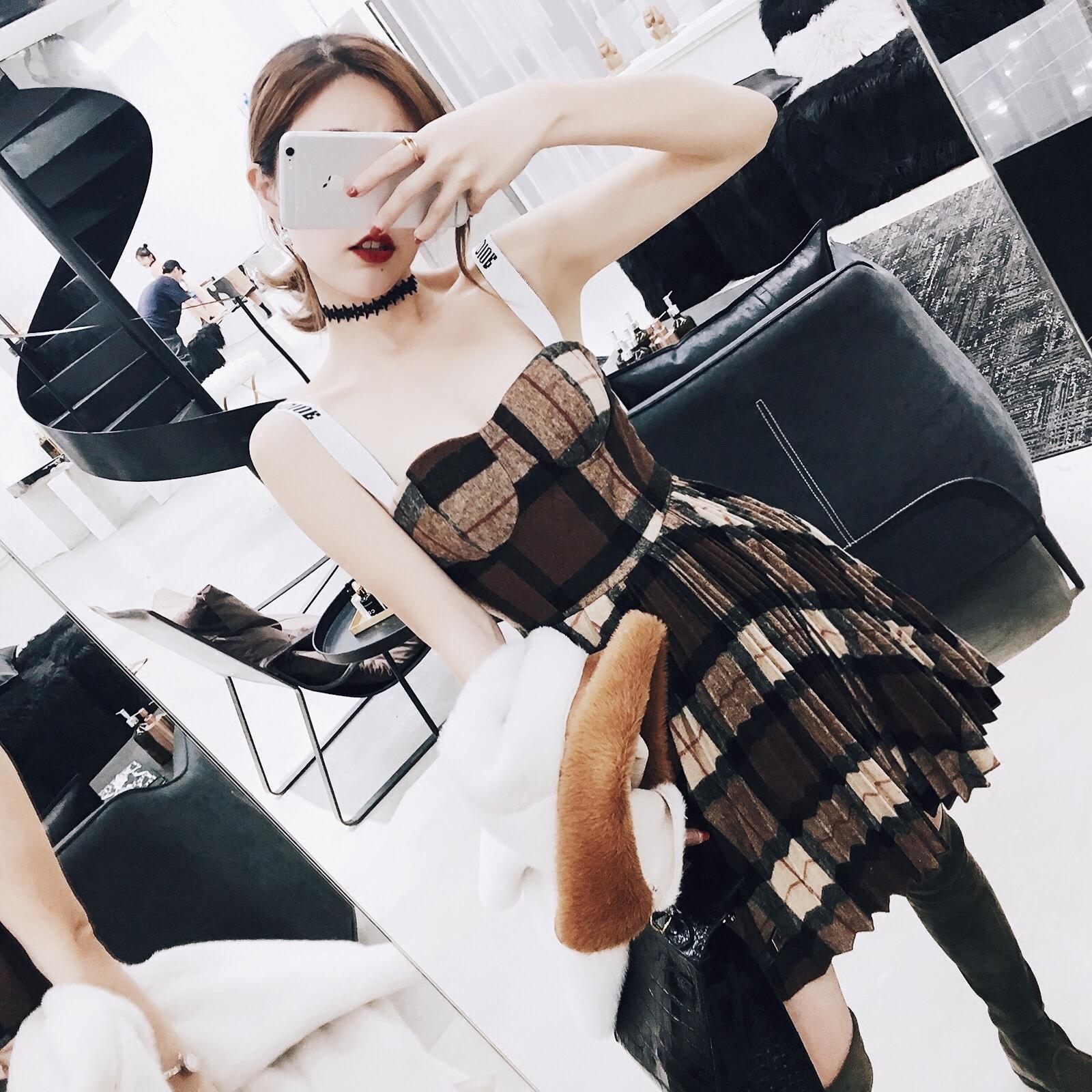 现货韩版格子露肩年会裙气质毛呢百褶性感小礼背带服连衣裙女