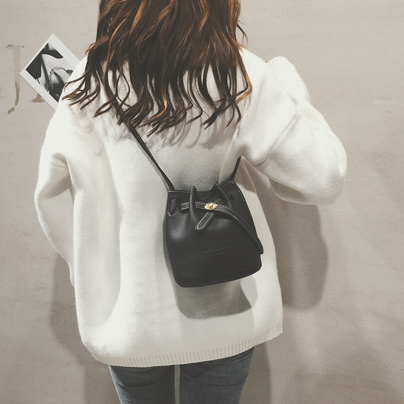 小包包女2018新款夏天时尚简约抽带迷你水桶包韩版百搭单肩斜挎包