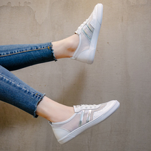 In summer of 2019, women's small white shoes with 100 sets of foundations are tightened and tightened, with one foot on the flat sole, leather net shoes, net panels and shoe tides.