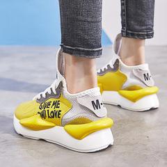 男士黃色運動鞋