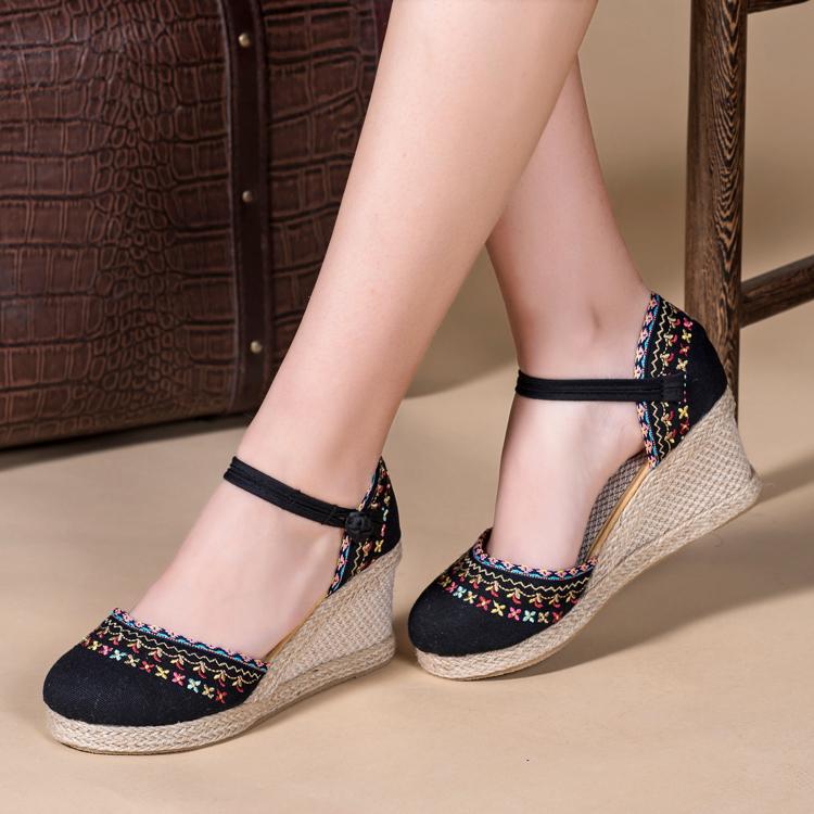 绣花布凉鞋