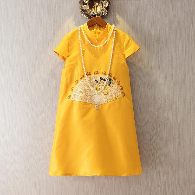 刺绣娃娃领旗袍