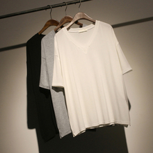 Oh, Sumi recommends a simple V-collar basic summer oversize T-shirt with thin short sleeves and loose women