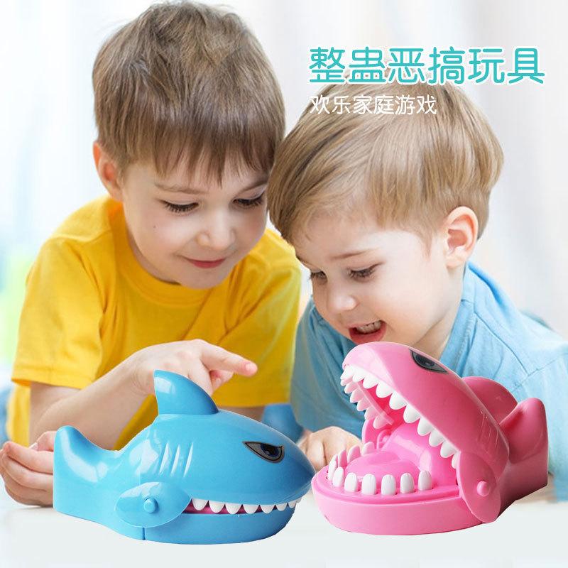 大号咬手指鳄鱼鲨鱼电动按牙齿狗海盗桶恶犬整蛊减压亲子互动玩具