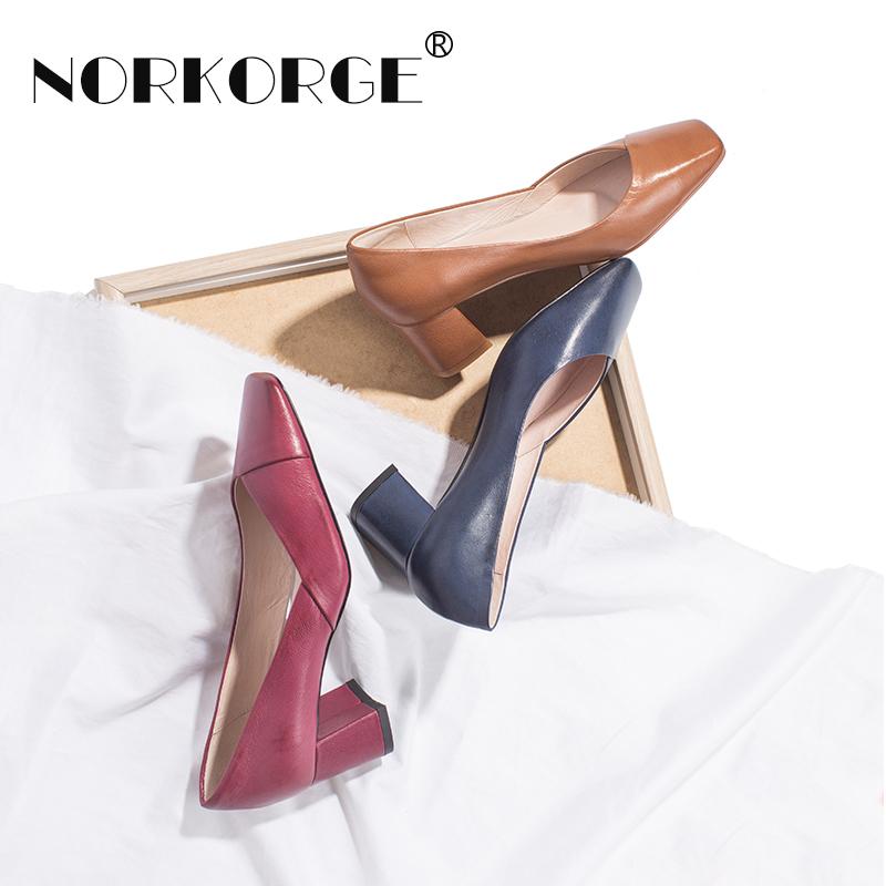 紫红色高跟鞋