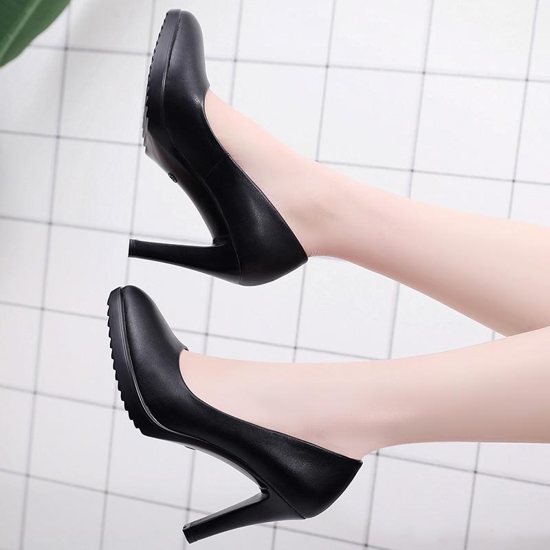 走秀黑色尖头鞋