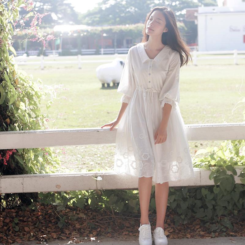 白色立体镂空连衣裙