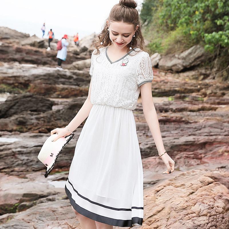 白色蕾丝连身裙