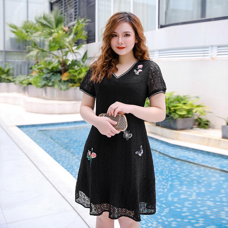 尘伊2019夏季新款大码女装V领短袖黑色蕾丝钉花修身连衣裙R36沁