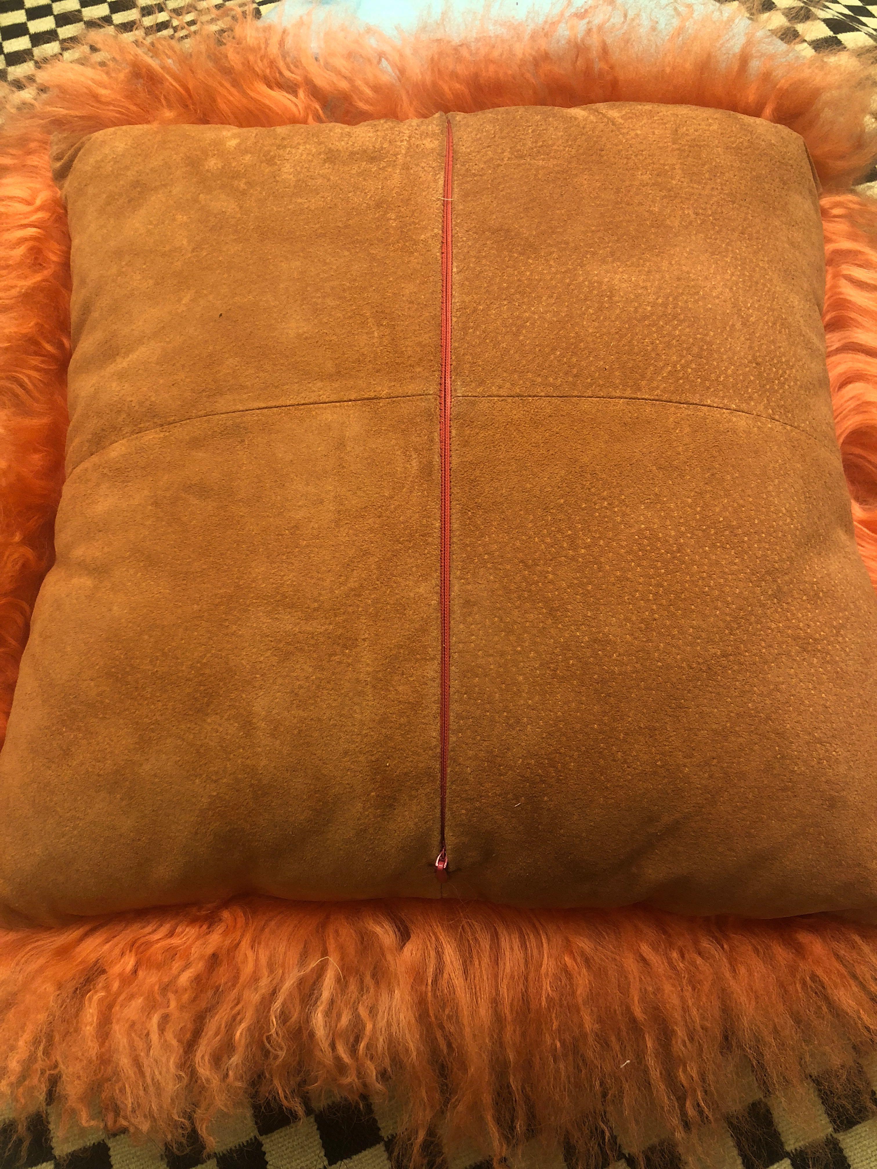 厚实橙色滩羊毛靠垫