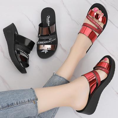 夏天坡跟凉鞋50多亮面60岁外穿的中老年妈妈凉拖女土时尚防滑拖鞋