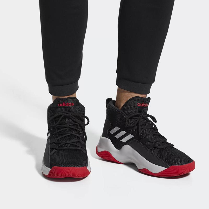 阿迪达斯黑色篮球鞋