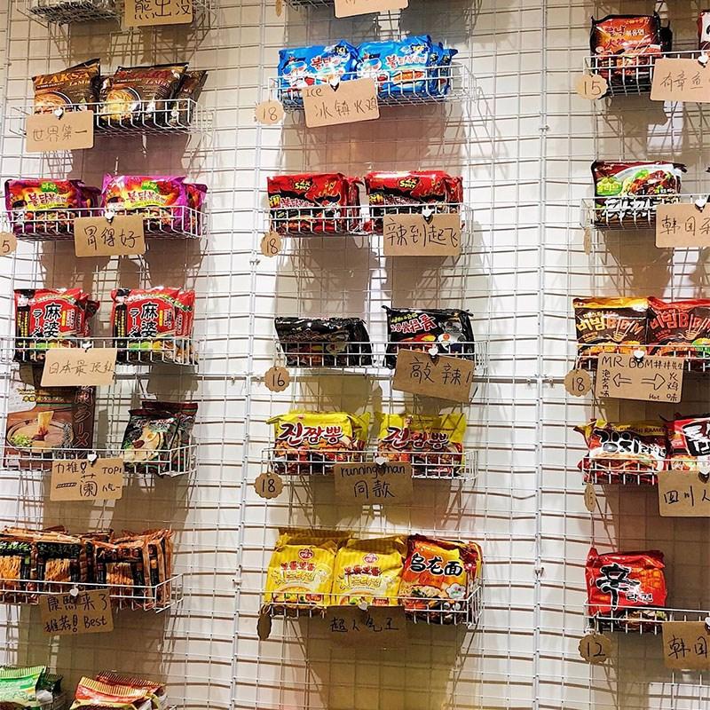 新款热卖简约方便面置物收纳挂篮网格架子网红泡面小食堂铁网货架