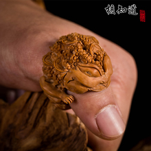 Ke Zhiwen plays with walnut, lion's head, finger-wrenching ring, core carving, giving gifts to elders to attract money
