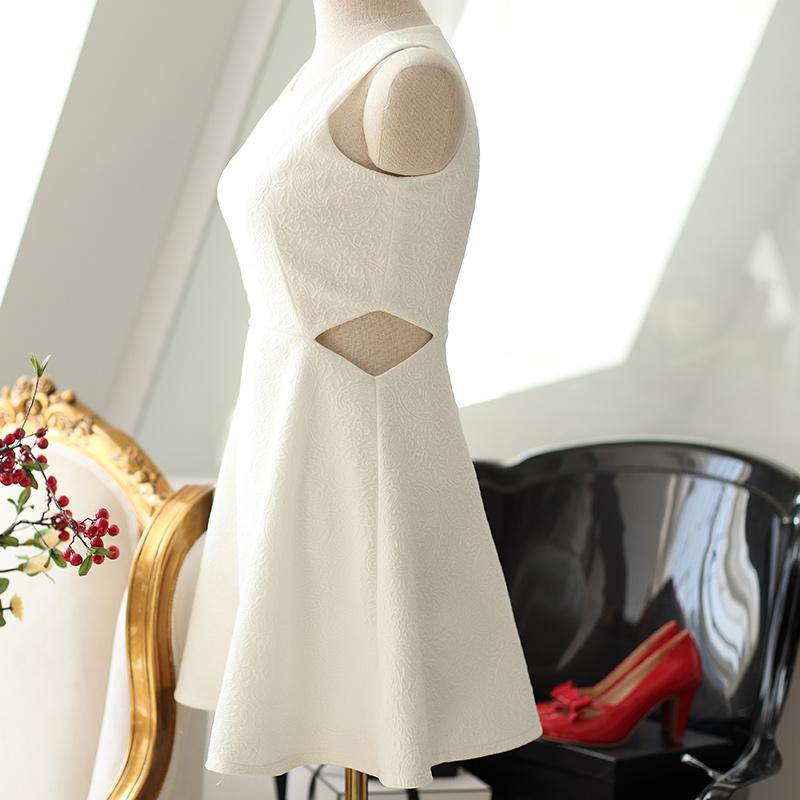 白色镂空无袖连衣裙