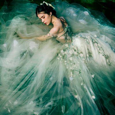 新款影楼主题服装 一字肩森系礼服 外景拍照摄影朦胧绿色拖尾婚纱