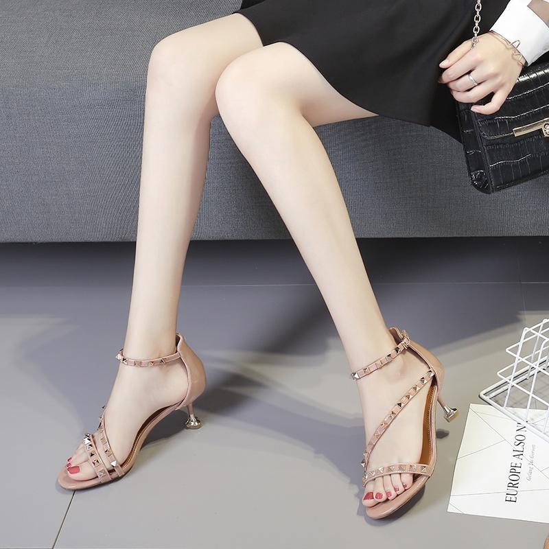 2018夏季韩版漆皮一字带铆钉细跟凉鞋女绑带露趾百搭中跟高跟凉鞋