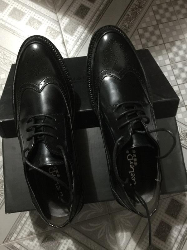 鞋子外形挺好看 皮料也很不错 卖家还送了双袜子