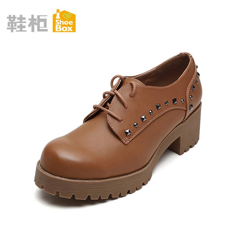 漆皮铆钉休闲鞋