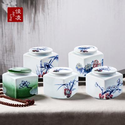 景德镇手绘青花釉里红小方罐茶叶罐陶瓷梅兰竹菊便携密封罐礼盒装