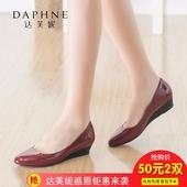 达芙妮舒适圆头浅口坡跟纯色亮面通勤女单鞋 1715404708 Daphne