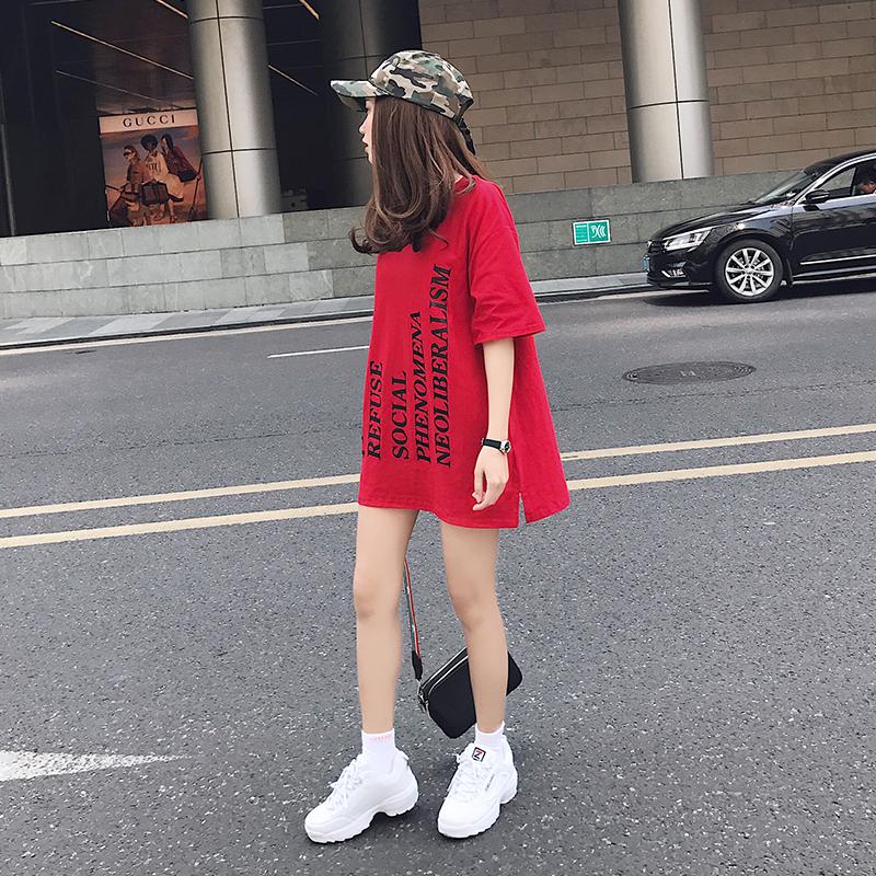 红色字母印花白t恤