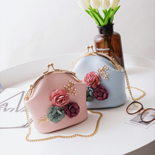 Chao Xia New Women's Bag in 2019: Euro-American Fashion Collision Three-dimensional Flower Shell-wrapped Pearl Chain Single Shoulder Slant Bag