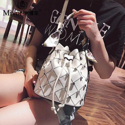 2018夏天上新款时尚抽带水桶包铆钉小包包女百搭单肩斜挎手提包潮