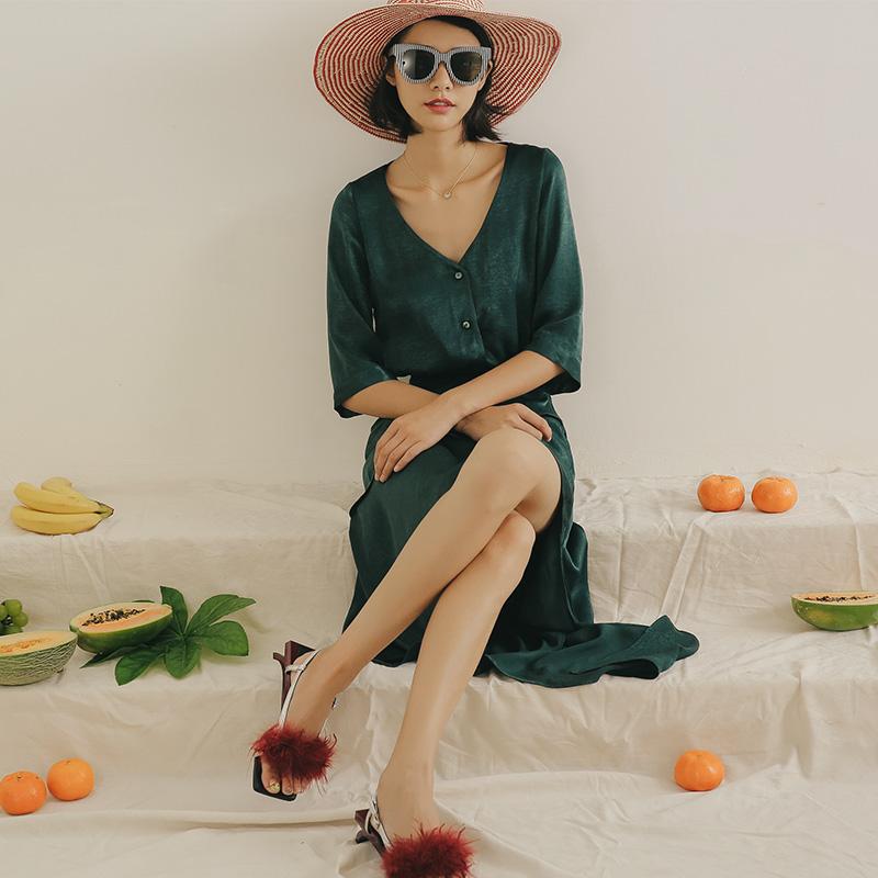 马尔代夫海边性感V领度假沙滩裙女夏2019新款连衣裙显瘦中长款