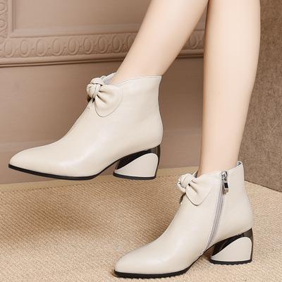 短靴子女士2018秋冬季新款女生尖头女鞋米白色蝴蝶结中跟真皮鞋子