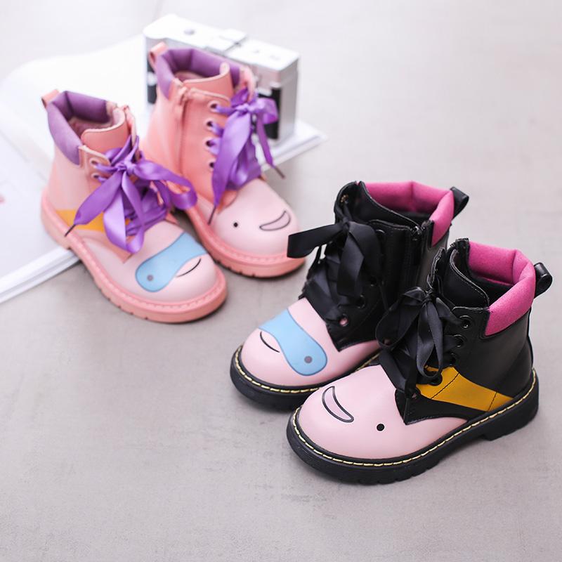 粉色童靴女童