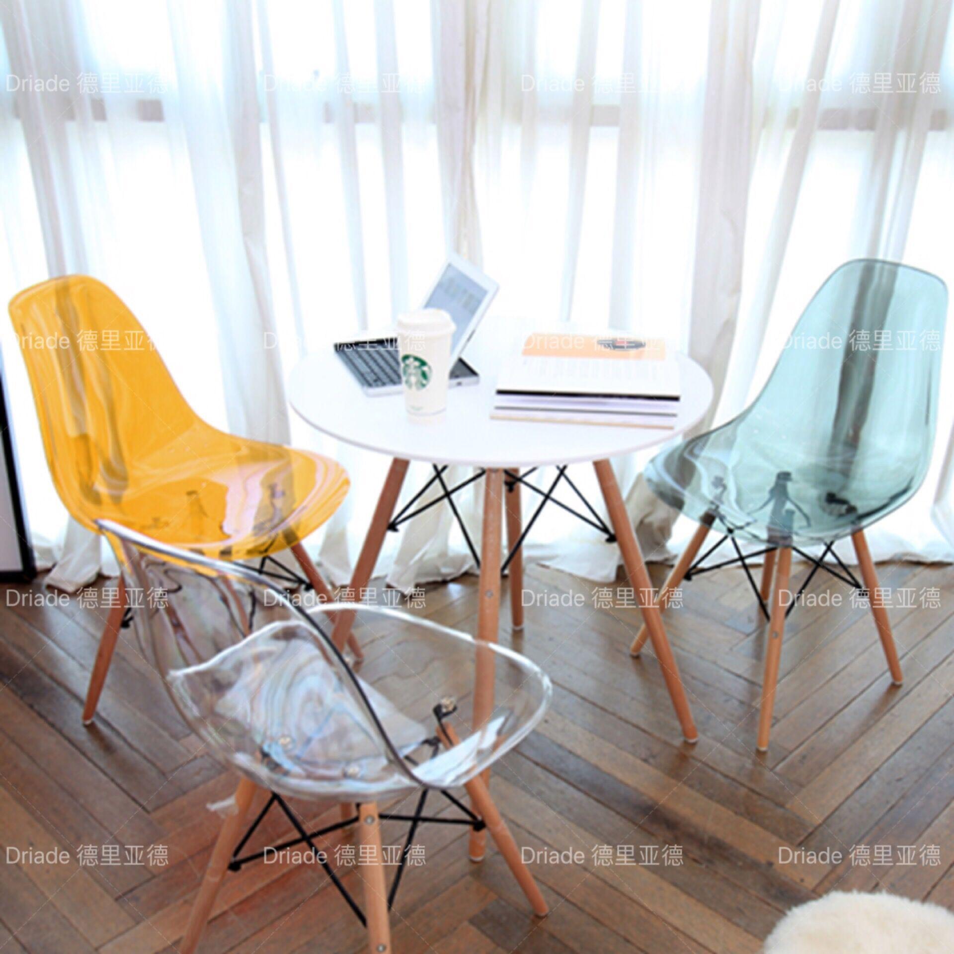 木桌椅咖啡店