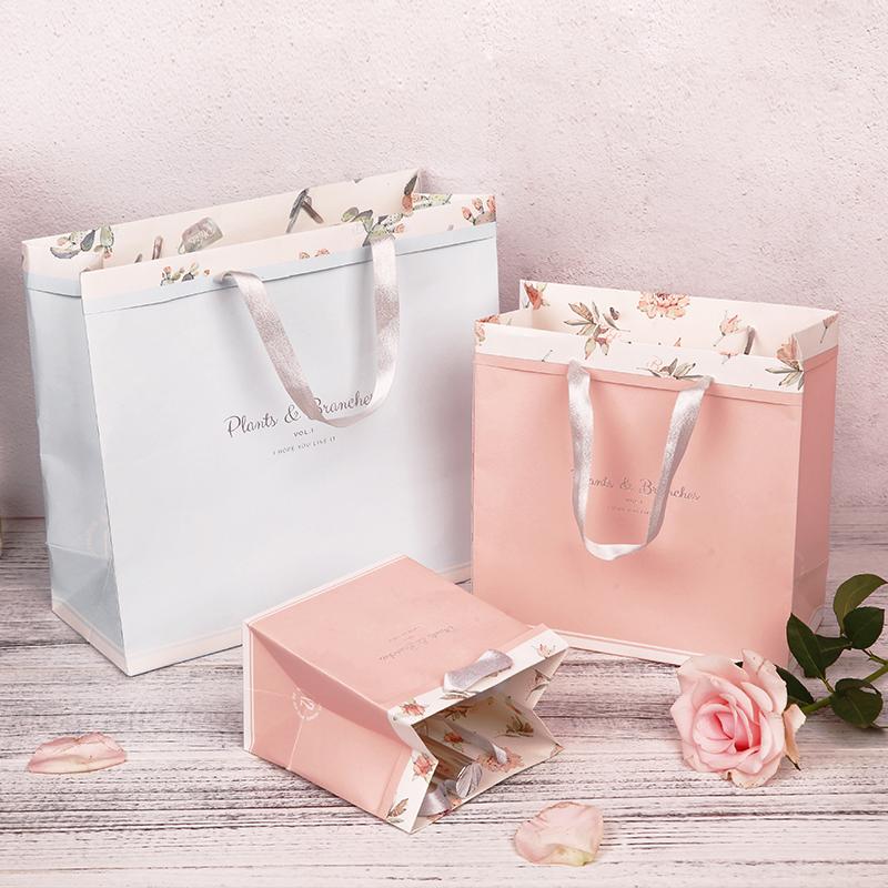 手提粉色花朵
