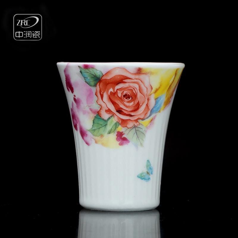 白色陶瓷酒杯