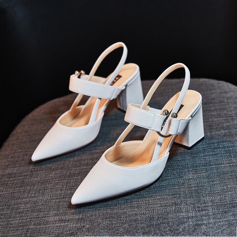 白色扣带单鞋